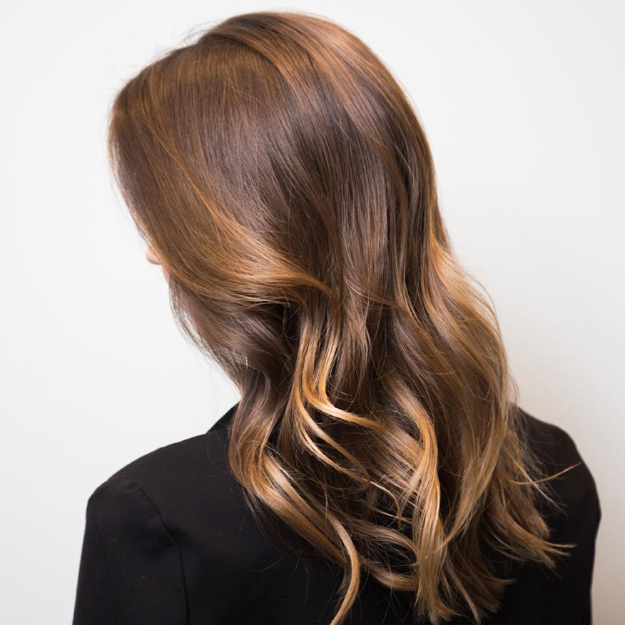 Modelowanie włosów w salonie 1909 to fantazyjne upięcia, loki, niezwykłe fryzury jakie tylko sobie wymarzysz! Nasi styliści poradzą Ci jakich produktów używać i co robić, aby ułatwić Ci odtworzenie podobnej fryzury w domu. Umów się już dziś na modelowanie włosów w salonie 1909. Salon mieści się w centrum Warszawy.