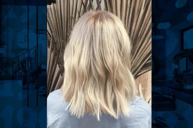Rozjaśnianie włosów z Olaplex w salonie 1909fryzjerzy, krótkie rozjaśnione włosy blond lekko falowane