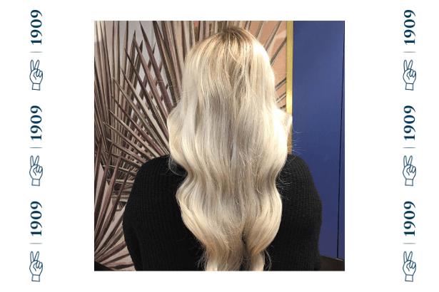 rozjaśnione falowane włosy blond, długie lśniące włosy koloru blond